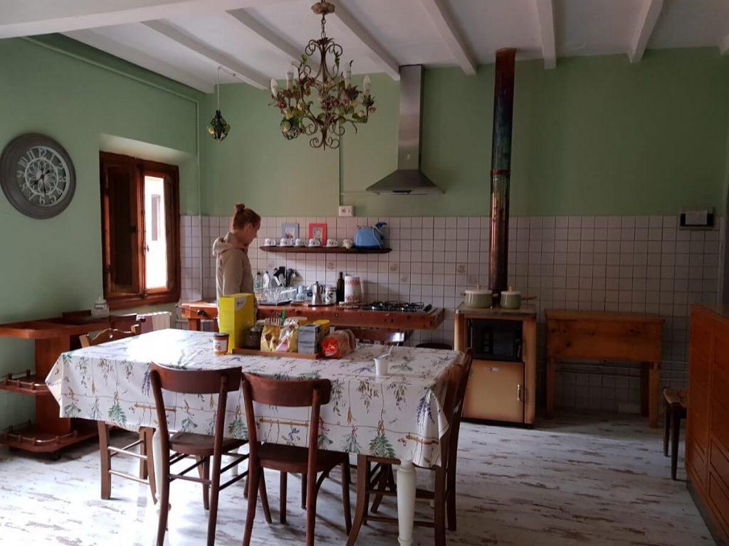 De gastenkeuken - uitzicht op het smalle straatje (het enige van Tagliaferro